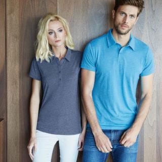 Image principale avec un homme et une femme portant le polo jersey fit look chiné
