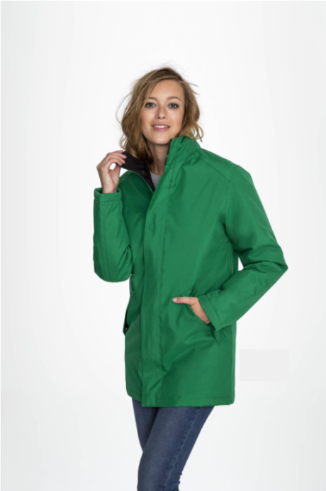 Image présentation d'une femme portant la Parka à capuche unisexe de couleur verte